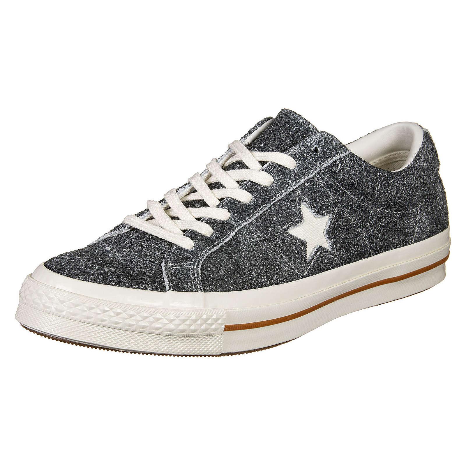 Artikel klicken und genauer betrachten! - Der One Star Ox Schuh von Converse vereint einen klassischen Chucks-Look mit einem sportlichen Sneaker-Style. Seitlich gibt es hier den Stern als Logo und damit auch wirklich jeder den Treter zuordnen kann, liefert die Gummi-Außensohle den weltbekannten Charme des Labels.  Die flache Silhouette lässt sich super easy kombinieren und verpasst dem Sneaker einen alltagstauglichen Retro-Style.   im Online Shop kaufen